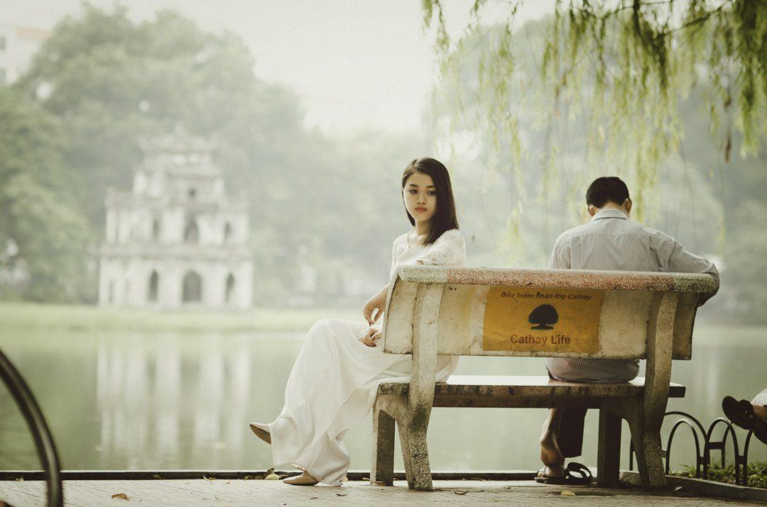 mulher triste esperando perdão